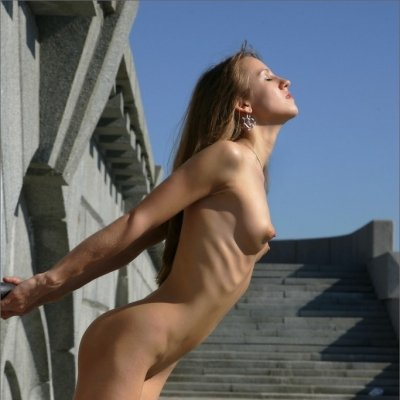 Slim stunner Alisa nude outside in public